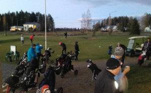 Kisaan starttasi pimeän tultua 23 golffaria. Kuva: Tapio Sarpola