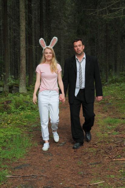 Vatasen ja jäniksen reissua Suomen luonnossa seurataan Jäniksen vuosi -näytelmässä.