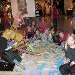 Ryhmä Moision koulun  2 D -luokan tyttöjä ryhmittyi leirinuotion loisteeseen. Kuva: Erkki Koivisto