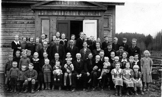 Kuvissa ei kuulunut ennen vanhaan hymyillä. Juho Ilvangan jälkeläisiä tämän 80-vuotispäivillä Innilässä talvisodan aattona vuonna 1938.