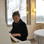 Kahvila Siirin avajaisissa kuullaan musiikkia. Jatkossa pihamaalle on suunnitelmissa pihakonsertteja, kertoo Leena Soini.  Kuva: Katariina Onnela