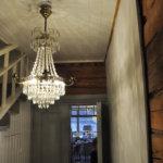 Huonekalut, lamput ja muu sisustus on peräisin Kalajoen Antiikki Makasiinista. Kuva: Katariina Onnela