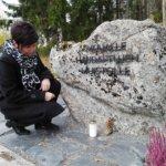 Ristimäessä uusi muistokivi muualle haudatuille