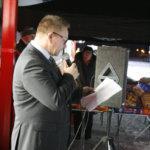 Aluepäällikkö Jukka Loponen toivotti asiakkaan tervetulleiksi uuteen Tokmanniin. Kuva: Piia Kylliäinen