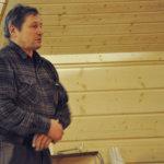 Ylämäen metsästysseuran puheenjohtaja Esko Halme kertoi tanskalaisten vieraiden jo kokeilleen yöpymistä uudella kodalla. Kuva: Katariina Onnela