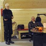 Markku Bergius ja Jorma Karvinen esittivät joulutulilla runoja. Kuva: Katariina Onnela