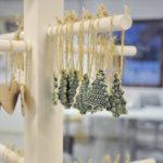 Savesta valmistetut, maalatut ja lasitetut koristeet ovat saaneet pintakuvionsa pitsistä. Kuva: Katariina Onnela