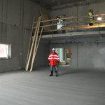 Tummaa parkettilaittaa vailla. Vastaava työnjohtaja Harri Tourunen seisomassa uudessa monitoimisalissa, jossa Lempäälän kunnanvaltuusto alkaa kokoontua. Kuva: Erkki Koivisto