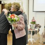 Puuhanaiset Kirsti Antila ja Margit Luoto kukitettiin Ehtookodon puolesta. Kuva: Katariina Onnela
