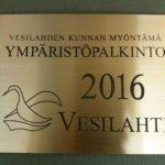 Vesilahden ympäristöpalkinto 2016 -laatta kiinnitetään Laukon kartanoon.