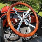 Vanhan auton ohjauspyörä on puuta. Kuva: Erkki Koivisto