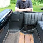 Puu pilkistää Oldsmobilen lattian alta. Jouko Puhakka tietää, että T-malli Fordin lattialautoihin hyödynnettiin laudat osien pakkauslaatikoista. Kuva: Erkki Koivisto