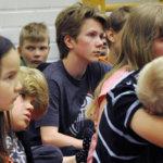 Satujen kuunteleminen sai Narvan koululaiset keskittyneiksi. Kuva: Katariina Onnela