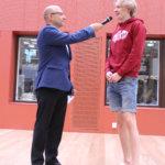 Lempäälän lukion rehtori Erkki Hytönen (vas.) haastattelee lukion toisen vuosikurssin opiskelija Tommi Heliniä. Kuva: Erkki Koivisto