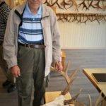 Aarno Hoppu toi paikalle kultatrofeensa ja pari uutta arvioitavaa lisäksi. Kuva: Ahti Granat