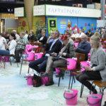 Nova Lempäälästä kiinnostuneet saivat lahjaksi pinkit ämpärit. Kuva: Katariina Onnela