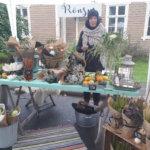 Riikka Valkeamäki kukkakauppa Rönsystä myi Birgitan markkinoilla itse valmistamiaan asetelmia. Kuva: Piia Kylliäinen