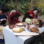 Keskiaikaleirillä yöpyminen tapahtui teltassa ja ruokailu ulkosalla. Kuva: Piia Kylliäinen