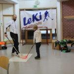 LeKi:n sählypisteellä sai tehdä maaleja ammattilaisten neuvomina. Kuvassa Juha-Matti Sepponen ja Vesa Viljamaa. Kuva: Sonja Viljamaa