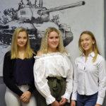 Jerina Mattsson, Nina Kontiola ja Olivia Paaso opastivat vieraita näyttelyssä. Taustalla kuvaamataidonryhmän taiteilema teos. Kuva: Katariina
