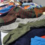 Jos ei omat taidot tai oma aika riitä sukanneulontaan, jalat saa lämpöisiksi käsityöläisten neulomilla sukilla. Kuva: Katariina Onnela