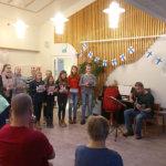 Koululaiset laulattivat ikäihmisille jouluisia lauluja