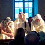 Tekijä juhlistaa pääsiäisnäytelmän esityksen Lempäälässä