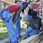 Vapaaehtoistyöntekijät tekevät Kurjen tilalla monenlaisia töitä. Kuva: Katariina Onnela