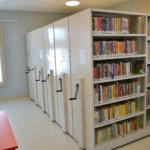 Kirjavarasto on uudisrakennuksen nurkkahuoneessa. Kuva: Sanna Suonpää