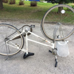 Pyörä pesun jälkeen käännettynä ylösalaisin maalauksen helpottamiseksi. Kuva: Venla Turkkinen