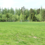 Mäyriä: Mäyriän jalkapallokentän nurmipinta on kärsinyt monopoikien hurjastelusta. Kuva: Erkki Koivisto