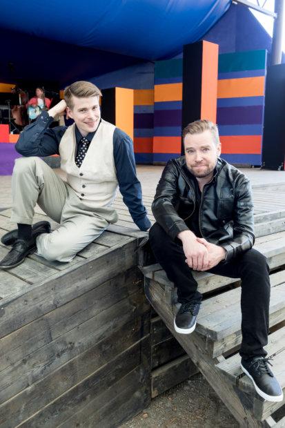 Jari Ahola ja Martti Manninen esittävät Jari Sillanpäätä hyvin onnistuneesti Rakkaudella merkitty -musikaalissa Valkeakoskella.(Kuva: Rami Marjamäki)