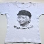 Ensimmäisenä koulupäivänä voi vetäistä ylleen vaikka niukkalinjaisen t-paidan, jonka kuvassa virnistelee 8-vuotias ruotsalaispoika Jan Ohlsson. Hän näytteli Vaahteramäen Eemeliä vuonna 1971 kuvatussa televisiosarjassa. Paita on vuodelta 1973. Kuva: Sanna Suonpää