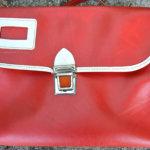 Keinonahkainen koululaukku vuodelta 1980. Laukku muuntuu tarpeen mukaan repuksi, salkuksi tai olkalaukuksi. Kuva: Sanna Suonpää