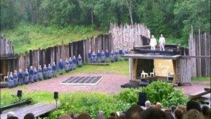 Viime kesänä kantaesityksensä saanut Sillanpää-ooppera on vielä tänä kesänä Myllykolun kesäteatterin ohjelmistossa. Seppo Pohjolan ja Panu Rajalan ooppera on vahva teos, jonka esityksessä kuorolla on keskeinen rooli. (Kuva: Pekka Gestrin)