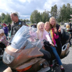 Nelosluokkalaiset kaverukset Sissi, Maija ja Viktoria ottavat kaikki mukaan leikkiin. Kuva: Tanja Meronen