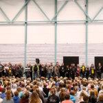 Koulun salissa vallitsi keskittynyt ja hyväntuulinen tunnelma. 60 motoristia ei voi olla väärässä. Kuva: Tanja Meronen