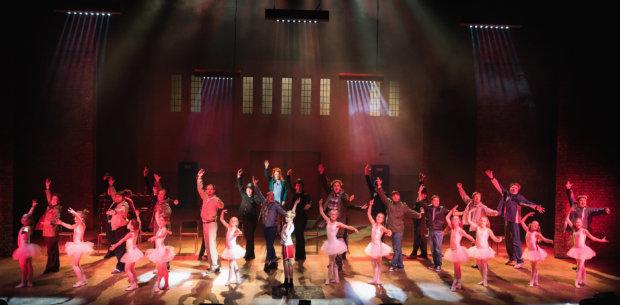 Samuel Harjanne on ollut kuningastehtävän parissa, kun hän on ohjannut mestarillisen Billy Elliot -musikaalin Tampereen Työväen Teatterin Suurelle näyttämölle. TTT:n toteutus on vuosisadan tapaus. Tälläista esitystä nähdään nykyisen taloudellisen ja henkisen niukkuuden aikoina todella harvoin - liian harvoin. Kuva Kari Sunnari.