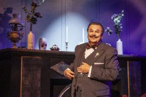 Hannu Huuska pärjää hyvin Hercule Poirotina Hämeenlinnan Teatterissa.