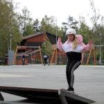 Skeittaaminen sopii niin tytöille kuin pojille. Mallia näyttää 11-vuotias Emilia Granat. Kuva: Senja Kääriäinen