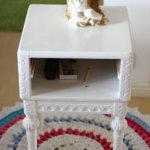 Pikkupöydän Maija Aakkula sai ilmaiseksi ja maalasi sen valkoiseksi. Kuva: Katariina Rannaste