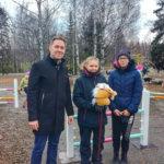 Kipinä kaipaa ponikavereita – Kirkonkylän koululle voi lahjoittaa keppihevosia