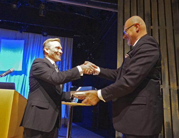 OP Ryhmän pääjohtaja Timo Ritakallio sai Valkeakoskelta kotiinviemisiksi mustikkapiirakkaa. Lahjan ojensi Erkki Kuivajärvi. (Kuva: Matti Pulkkinen)