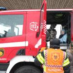 Pikkuväki sai tutustua paloautoihin ja muuhun kalustoon. Kuva: Erkki Koivisto