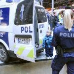 Poliisi teki toimintaansa tutuksi keskusaukiolla. Kuva: Erkki Koivisto