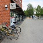 LVS otti selvää – voiko polkupyörän jättää turvallisesti Lempäälän keskustassa? Yllättävistä paikoista puuttui pyöräteline