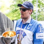 Millainen oli Marko Anttilan ja Leijonien matka kulisseissa maailmanmestareiksi? Uusi kirja päästää lukijan kärpäseksi kattoon ja kertoo, mitä Anttilan päässä liikkui finaalin voittomaalia ennen