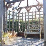 Isäntä on rakentanut puutarhaan muun muassa kuvan huvimajan. Parhaillaan työn alla on terassin uusiminen. Kuva: Katariina Rannaste