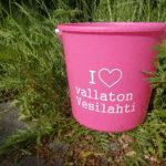 Vesilahtelaisia odotti pinkki yllätys – vaaleanpunaisia ämpäreitä on ilmestynyt näkyville paikoille ihmisten löydettäväksi