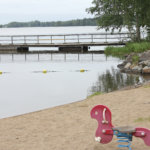 Veden pinnalla voi olla harsomaisen vihertävä kalvo – Sinileväesiintymät eivät ole poikkeuksellisia syksyisin